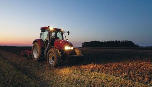 Tractor Case Maxxum 140 in actiune pe camp noaptea