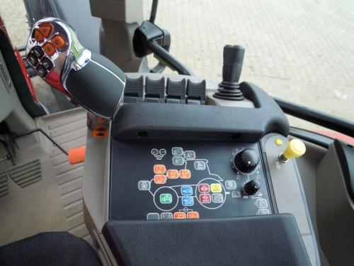Tractor Case Maxxum 140 interior cabina cu panoul de comenzi