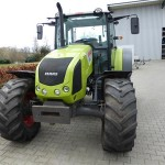 Tractor Claas Axos 320 vedere din fata cu sistemul de iluminare
