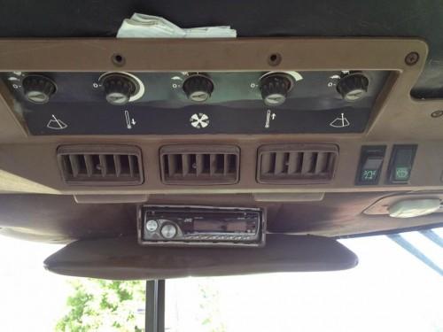 Tractor John Deere 3350 s interior cabina cu panou de comanda
