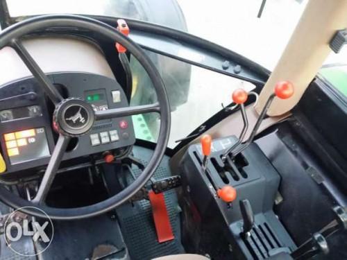 tractor john deere model 2850 interior cabina cu volan si panoul de comanda