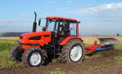tractor mtz belarus 1221 in actiune la arat pe camp