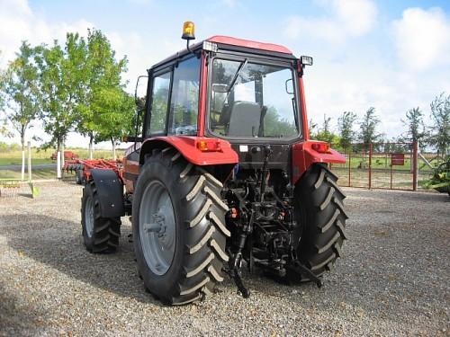 tractor mtz belarus 1221 vedere din spate cu mecanismul de remorca