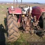 tractor u445 vedere din spate pe camp agricol