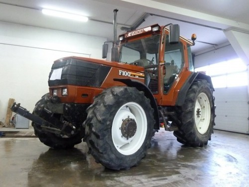 Tractorul Fiat Agri model F100 DT vedere frontal stanga
